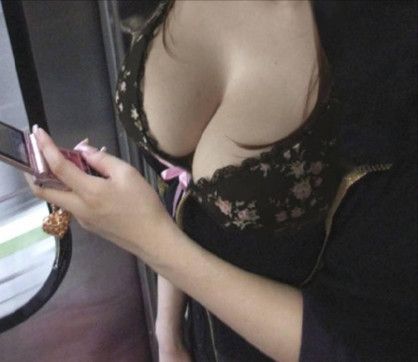 服の中のデカい胸 (16)
