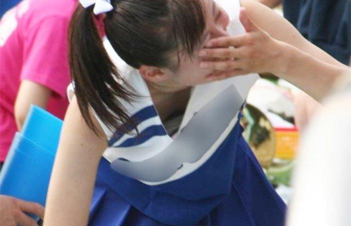乳房を覗き見 (5)