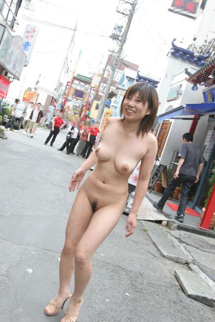 外で服を脱いじゃった (2)