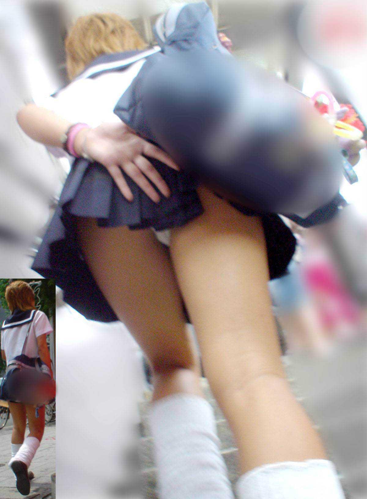 スカートからパンツ見え (9)