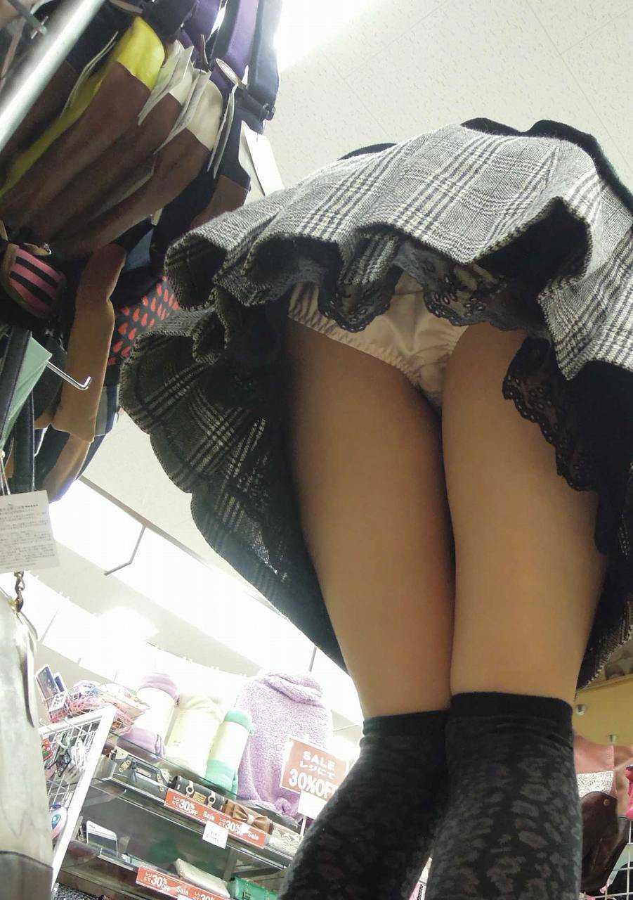 スカートからパンツ見え (1)