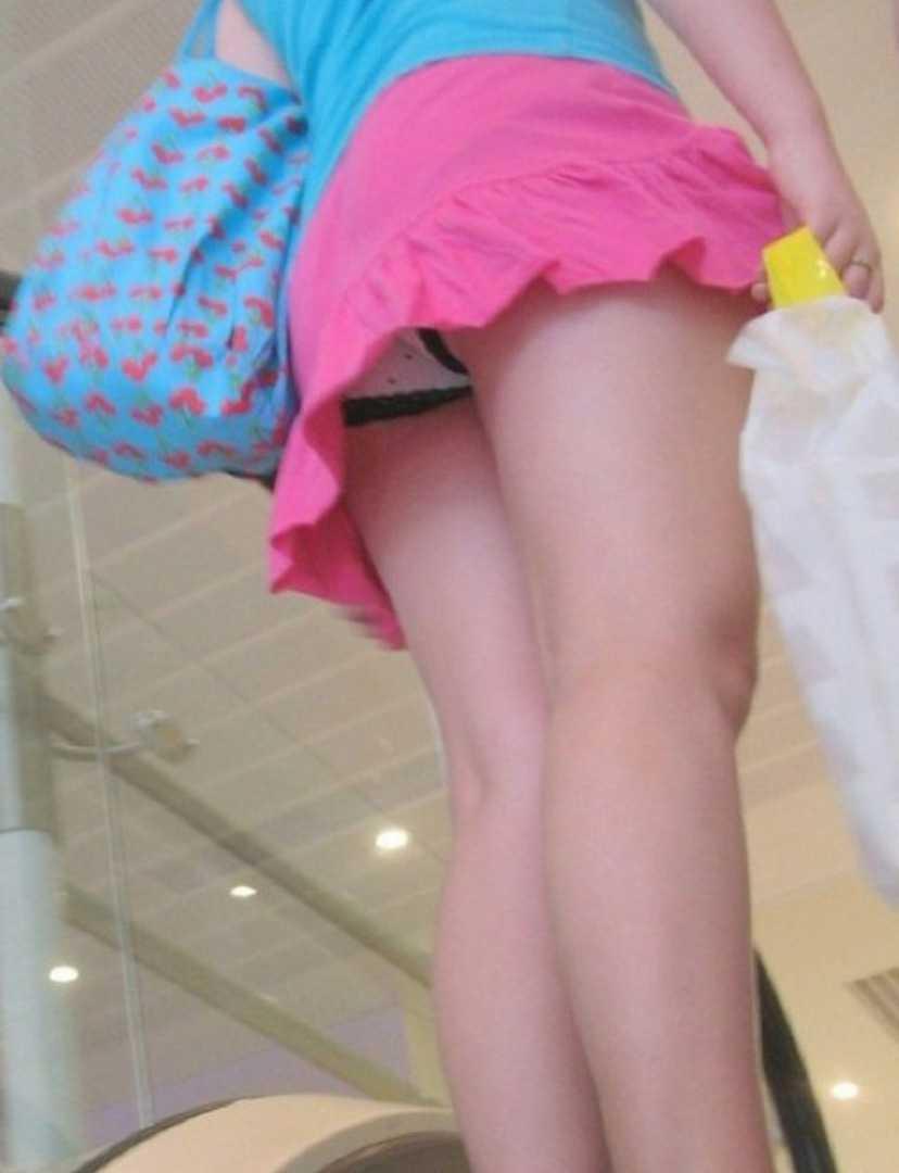 スカートからパンツ見え (17)
