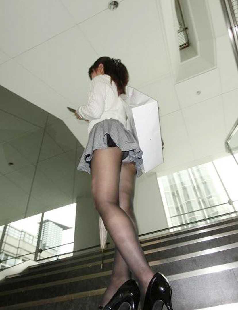スカートからパンツ見え (12)