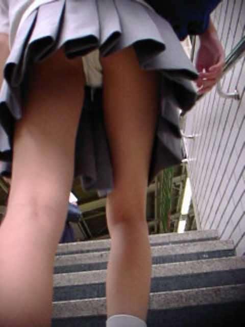 スカートからパンツ見え (3)