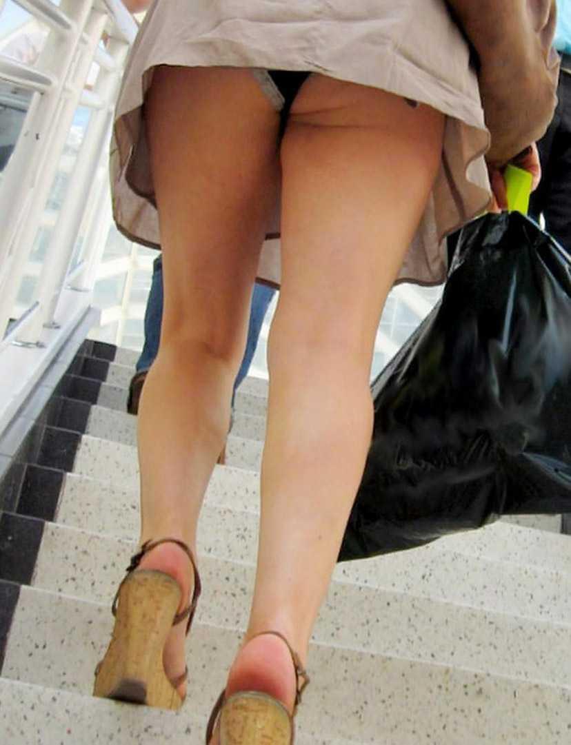 スカートからパンツ見え (14)