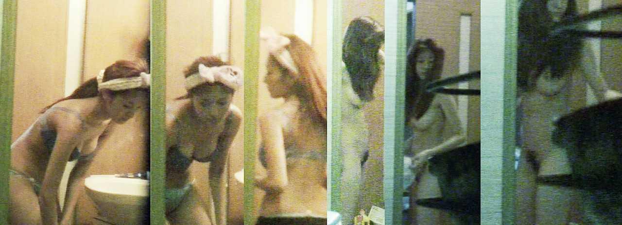 部屋で素っ裸 (9)