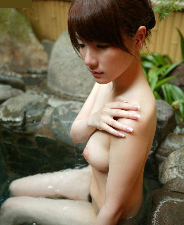 お湯に浸かる女 (13)