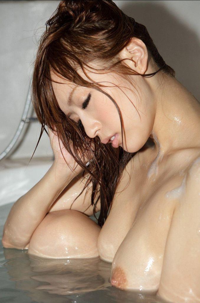 お湯に浸かる女 (2)