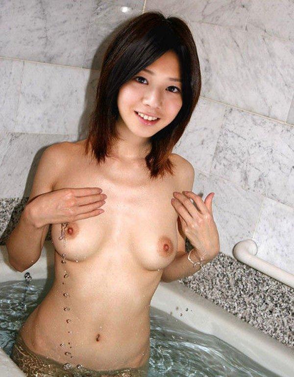 お湯に浸かる女 (10)