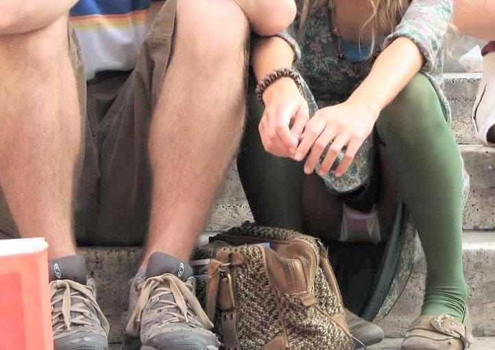 太腿の隙間からパンツ (7)