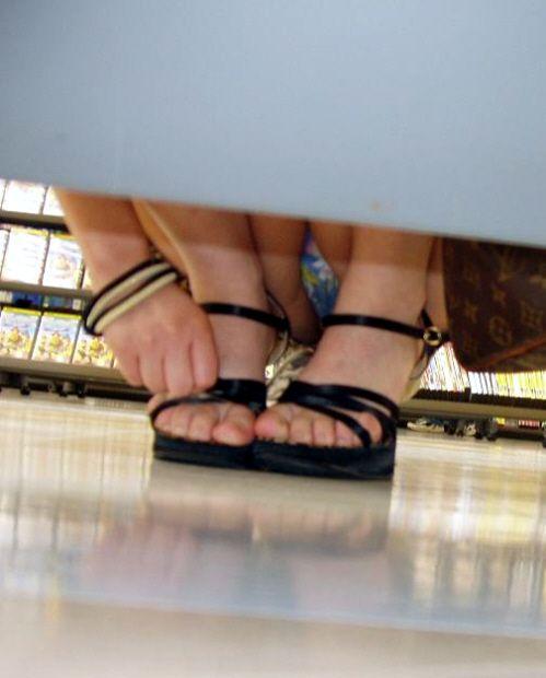 太腿の隙間からパンツ (8)