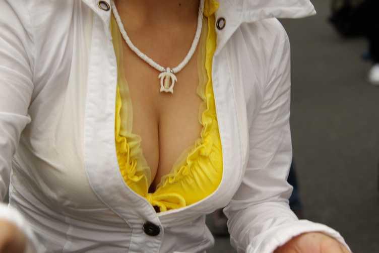 服の下の爆乳 (8)
