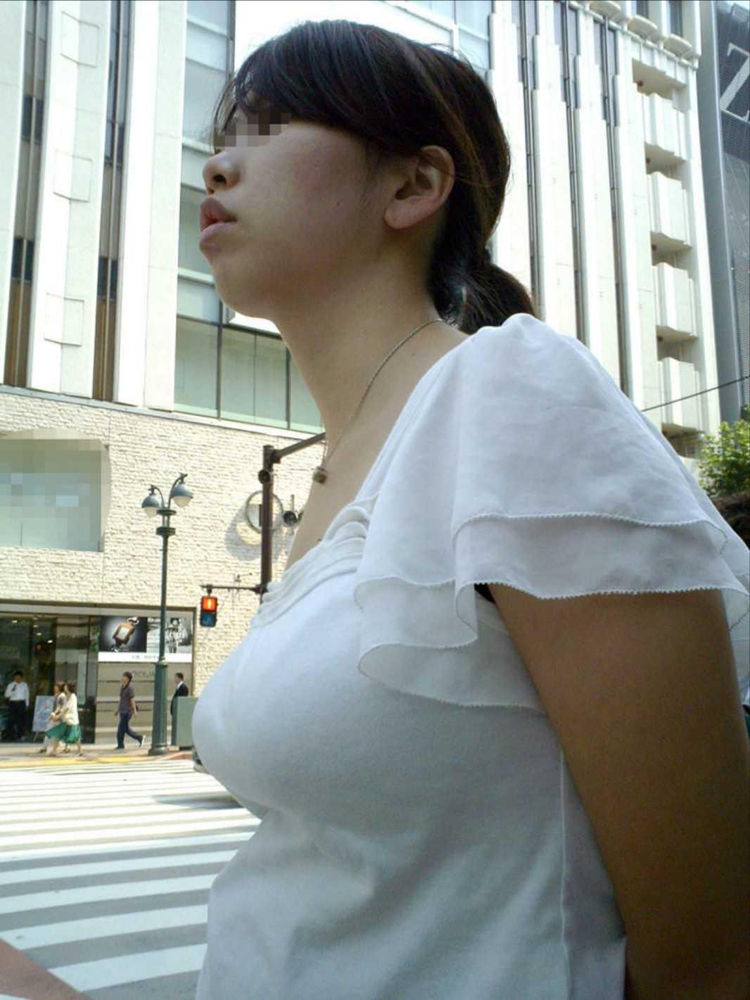 服の下の爆乳 (10)