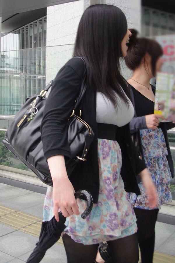 服の下の爆乳 (6)