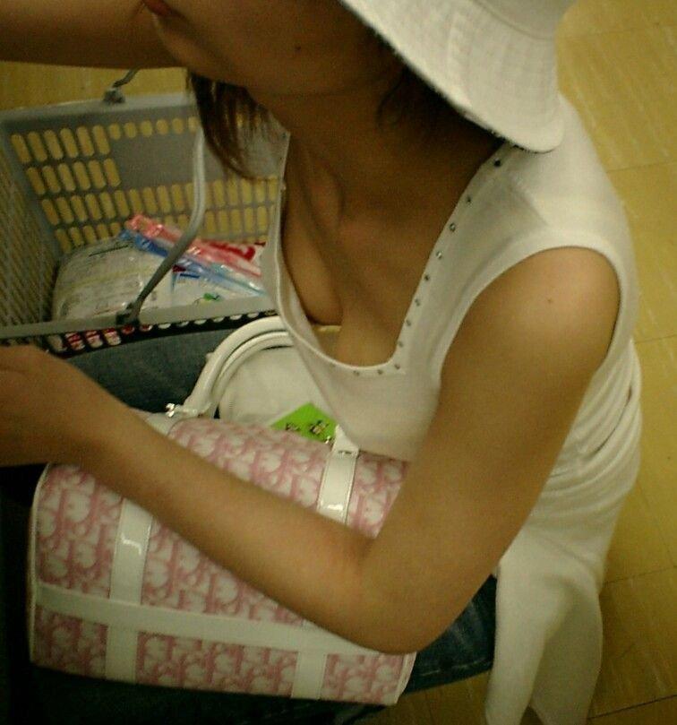 見えている女の胸 (10)