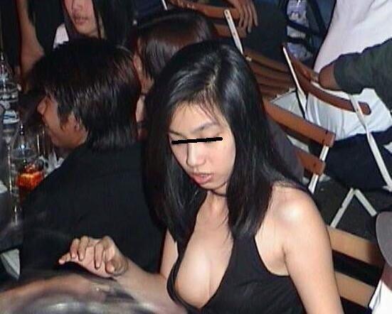 乳房がチラリ (5)