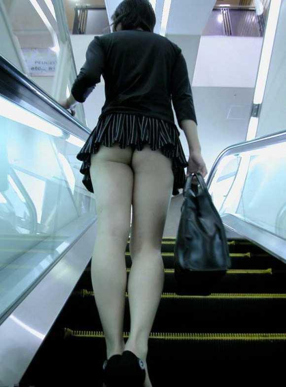 階段でパンティー (13)