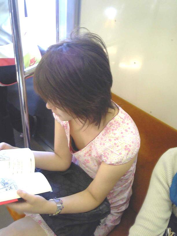 乳首を覗き見 (6)