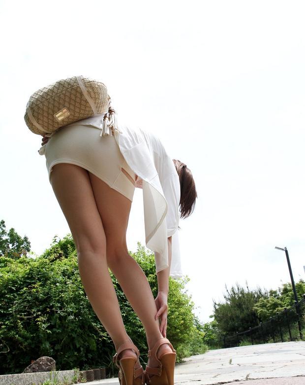 タイトスカートから下着が見える (12)
