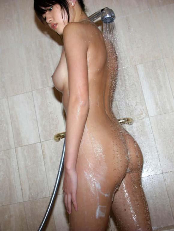 お風呂に入る女 (6)