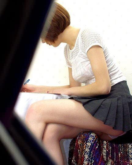 スカートから下着がチラリ (17)