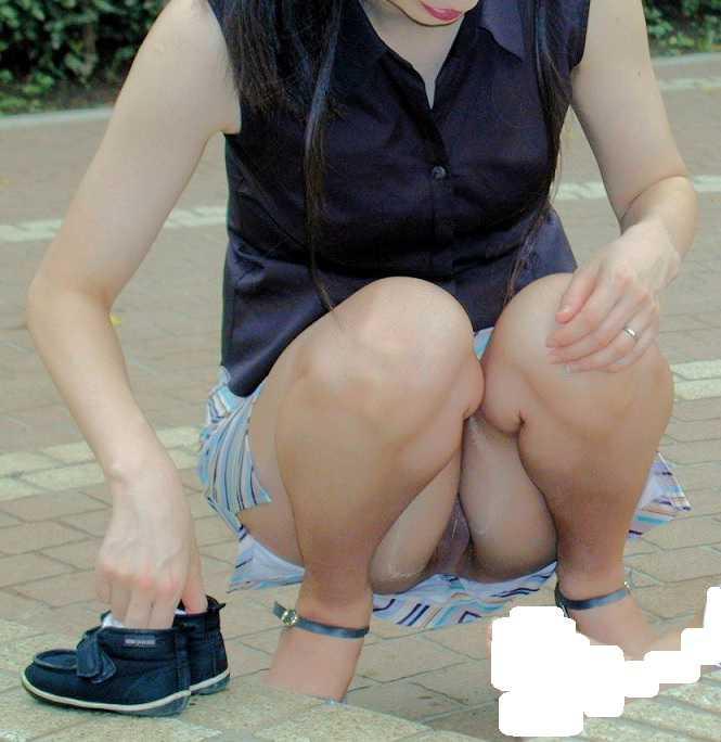 スカートから下着がチラリ (10)