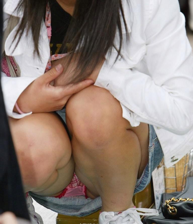 スカートから下着がチラリ (18)
