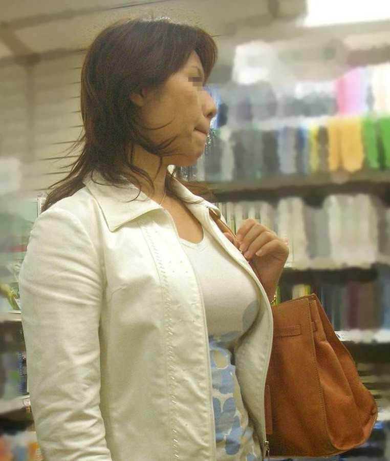 服を着ても爆乳 (11)
