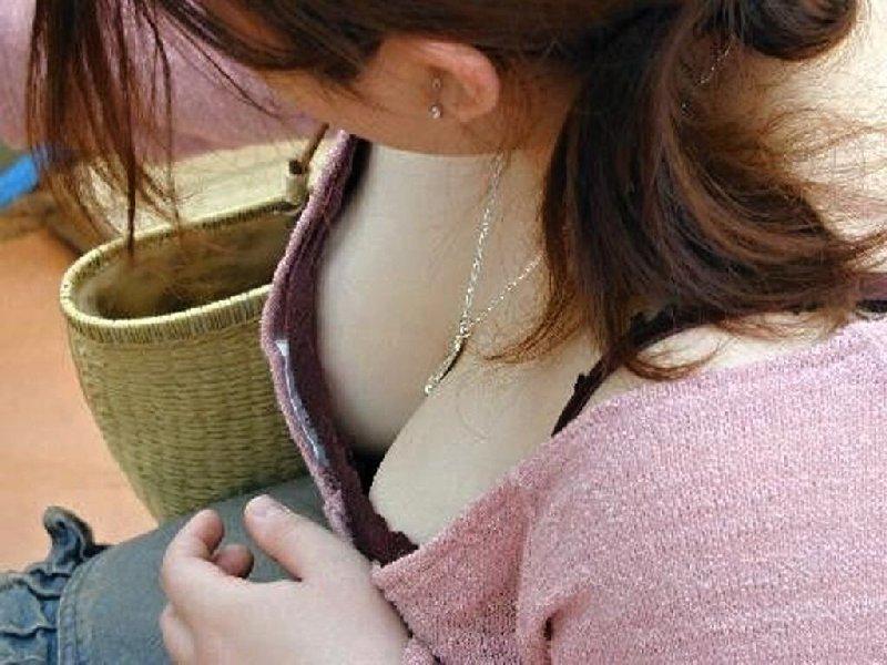覗き見る乳房 (14)