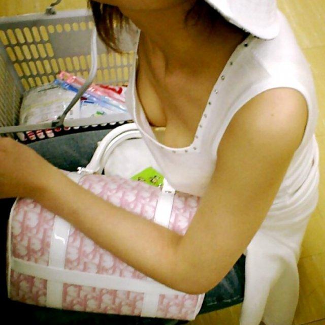 覗き見る乳房 (1)