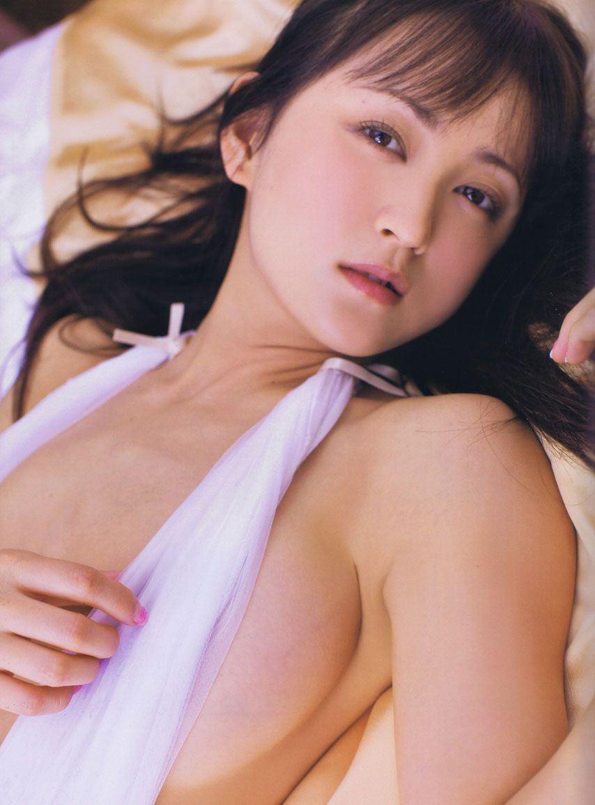 ポロリしそうな乳房 (1)