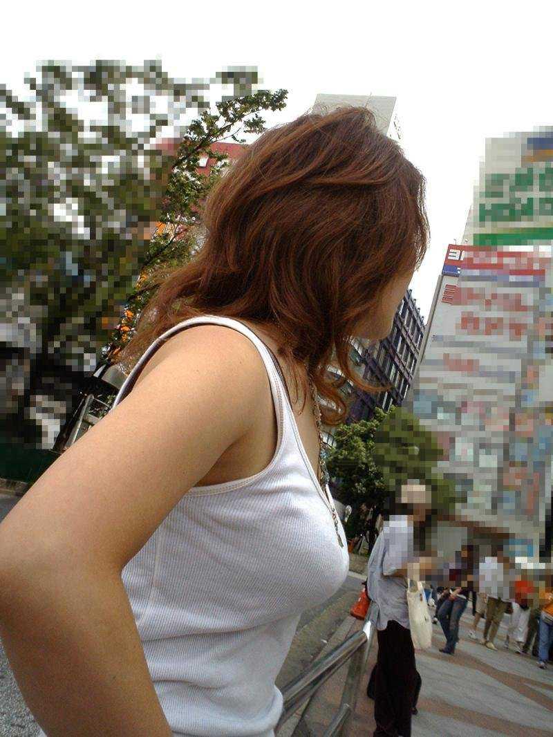 街を歩くデカパイ (10)