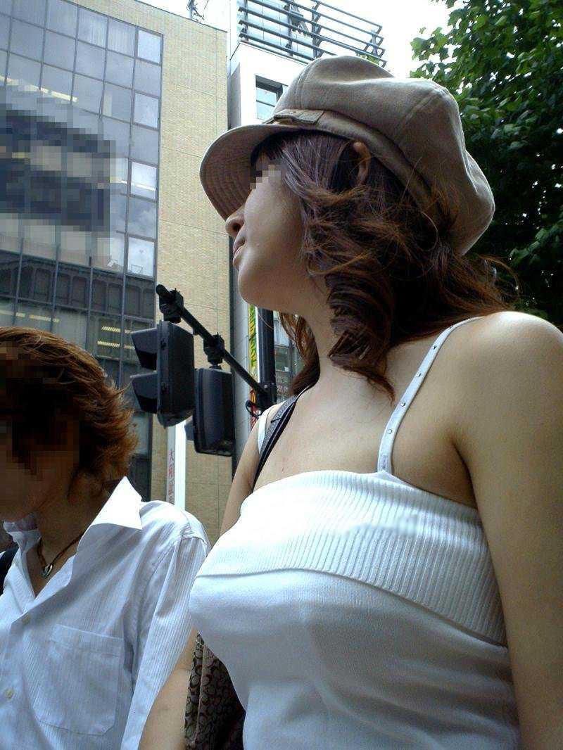 街を歩くデカパイ (11)