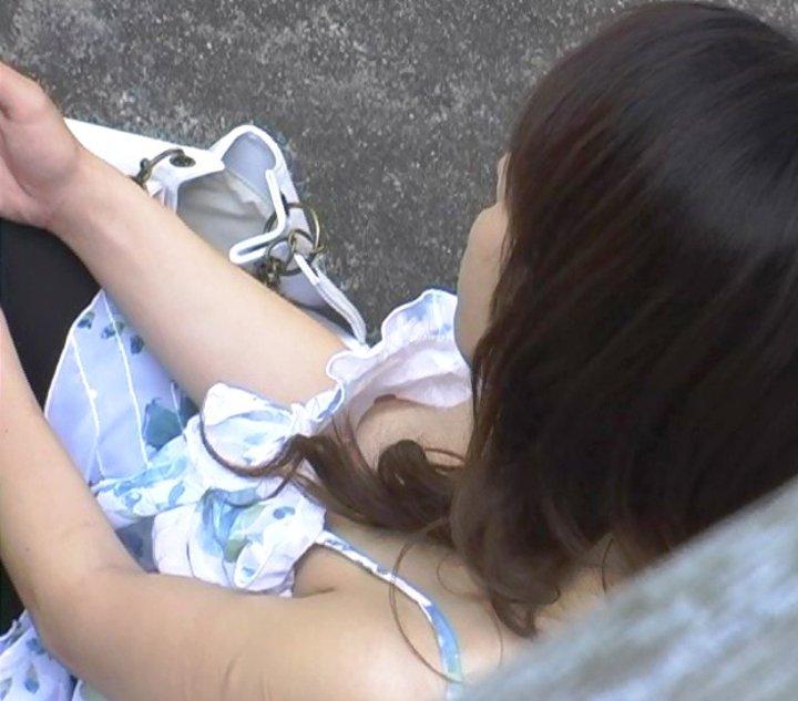 乳首がチラチラ (20)