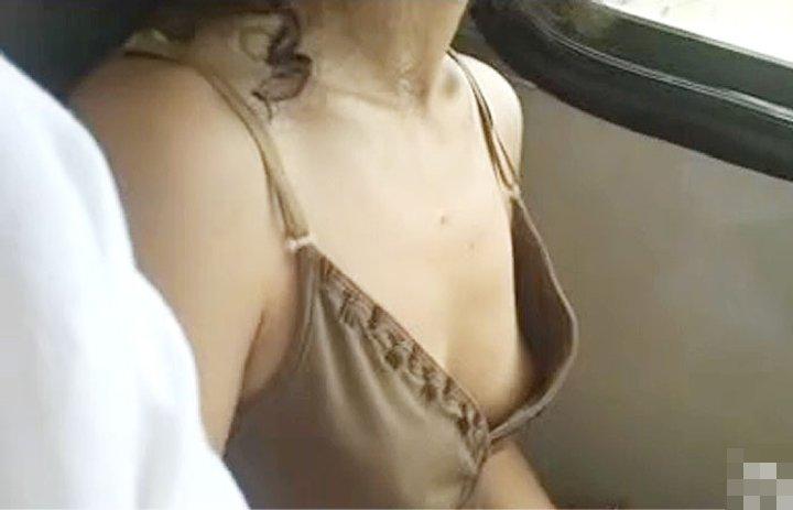 乳首がチラチラ (14)
