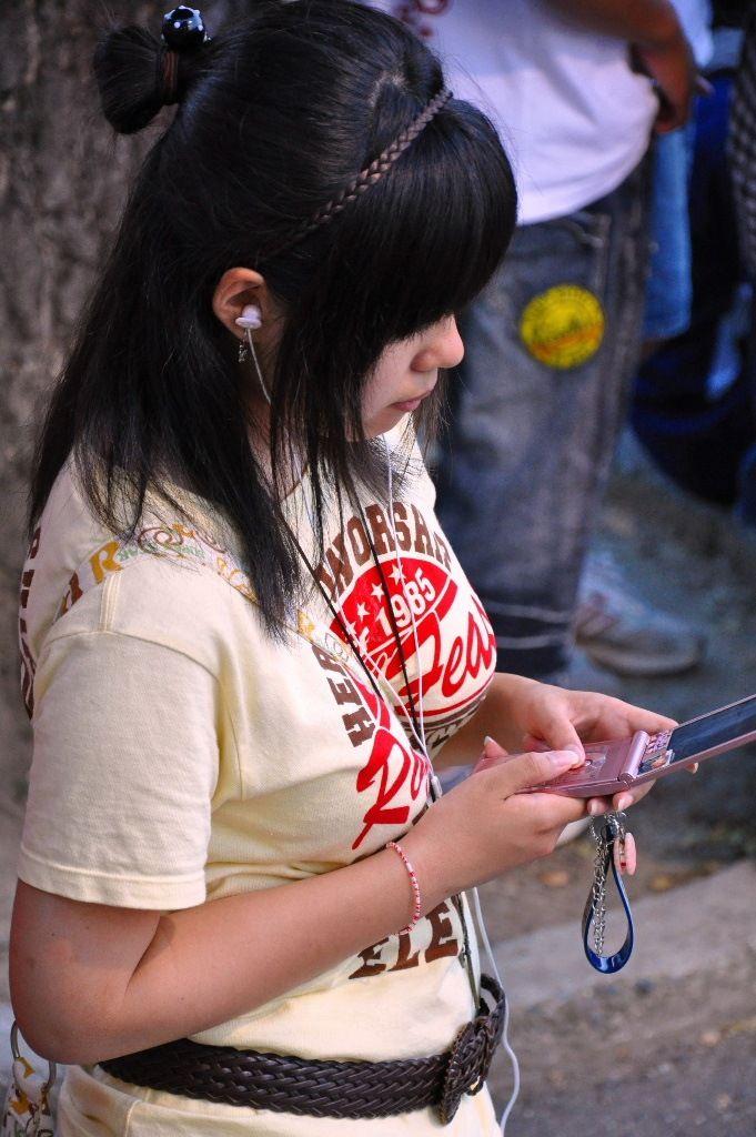 服越しのデカ乳 (1)