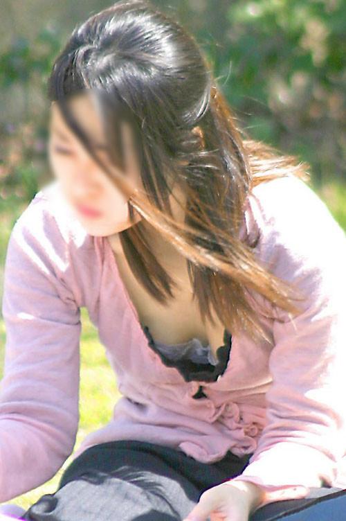 谷間や乳首がチラチラ (12)