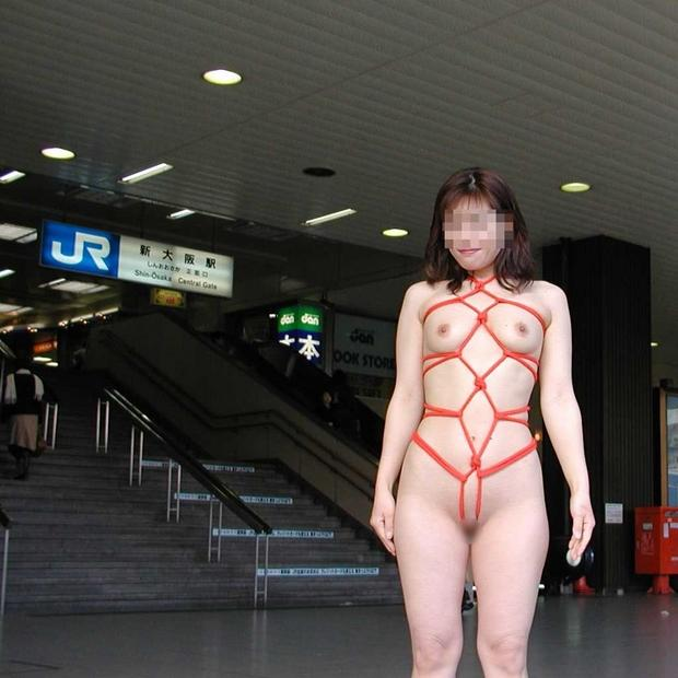 外で服を脱ぐ (5)
