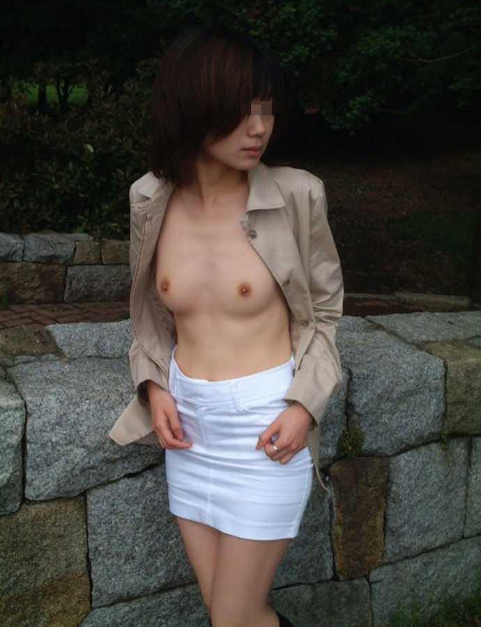 外で服を脱ぐ (16)