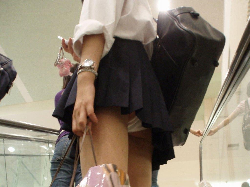 スカートから見えてるJK (2)