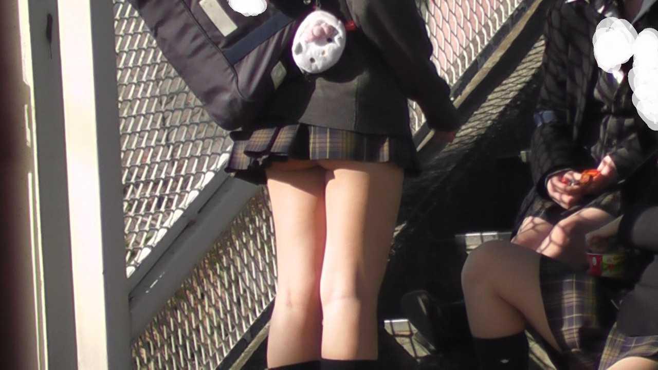 スカートから見えてるJK (11)