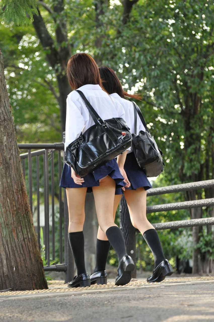 スカートから見えてるJK (13)