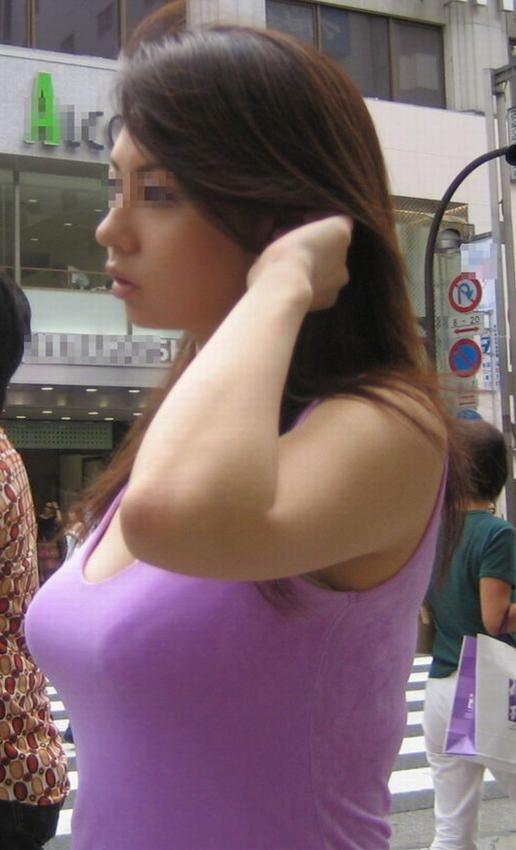 服の中の大きな胸 (9)