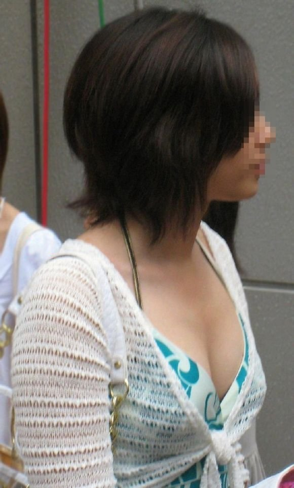 乳房の谷間が見えた (9)