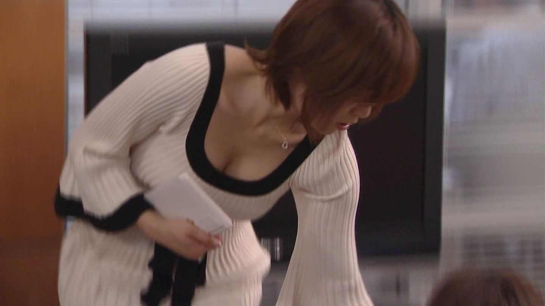 乳房がチラッと (4)