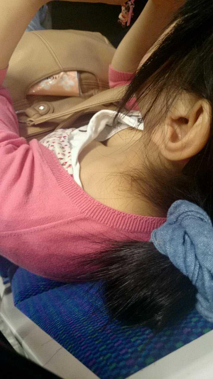 乳房がチラッと (19)