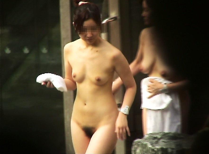 裸で露天風呂 (1)