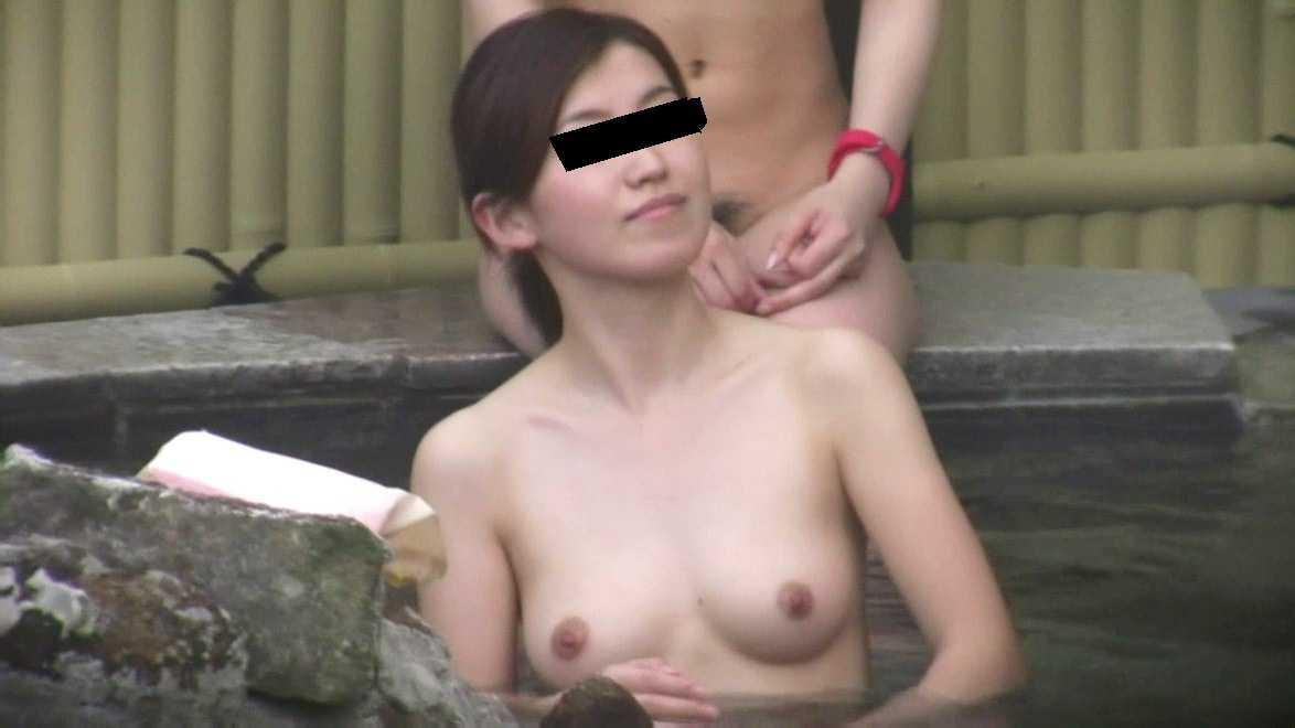 裸で露天風呂 (15)