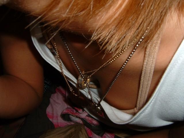 お乳がチラチラ (3)