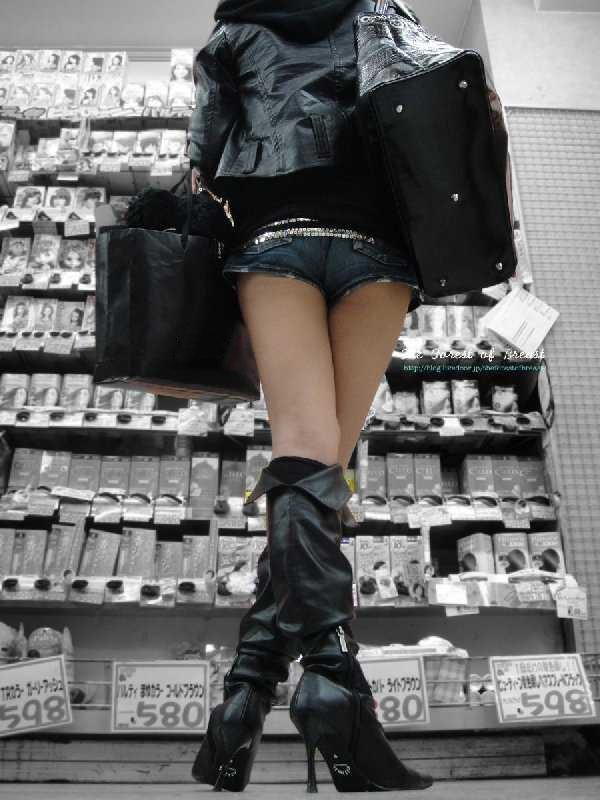 ショートパンツの脚 (3)